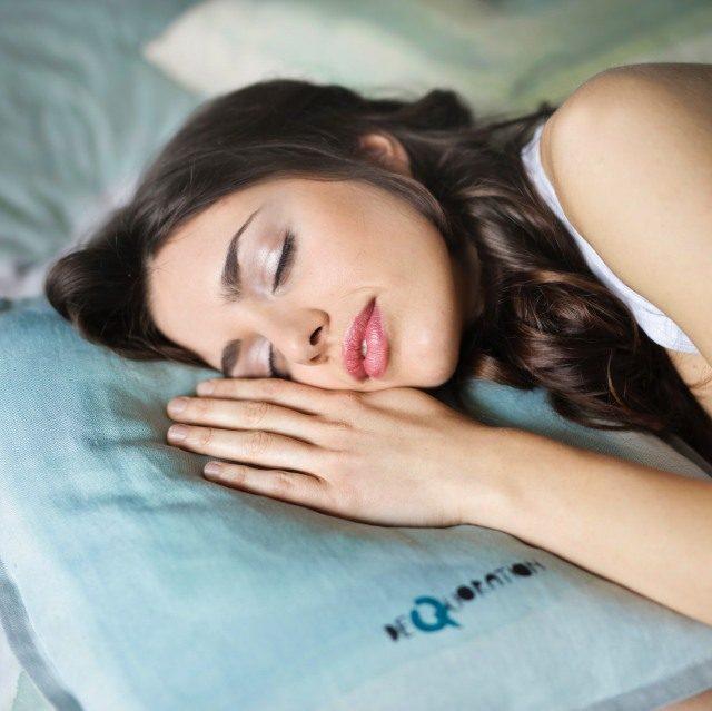 寝ても眠いそれって睡眠負債?対策や解消法と効果的な食べ物
